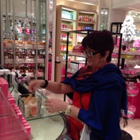 Photo taken at Victoria's Secret PINK by Mauricio S. on 12/28/2013