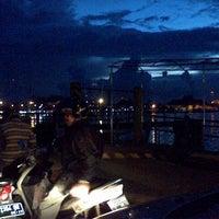 Photo taken at pelampung penyebrangan ferry prima eksekutif by Nietha S. on 4/26/2013