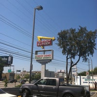 Photo taken at In-N-Out Burger by Ikuko W. on 7/15/2013