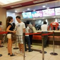Photo taken at Wendy's by Gustavo Adrián R. on 1/30/2012