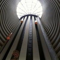 Photo taken at Holiday Inn Singapore Atrium by Miller T. on 1/12/2013