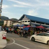 Photo taken at Medan Selera Taman Pinggiran Batu Caves by Arfakhshadz O. on 6/25/2016