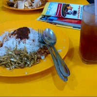 Photo taken at Restoran Hameed's by Hanna A. on 4/11/2013