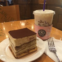 Photo taken at The Coffee Bean & Tea Leaf by Sun-young L. on 4/20/2016