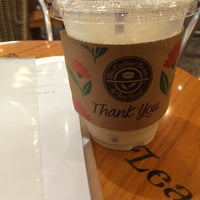 Photo taken at The Coffee Bean & Tea Leaf by Sun-young L. on 5/24/2016