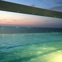 Photo taken at Bar y piscina borde infinito - Hotel Las Américas by Jose R. on 6/21/2014