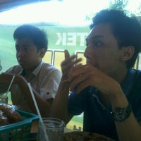 Photo taken at Warung Lotek Bu Iduk by V'centiuz I. on 10/25/2012