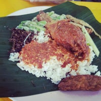 Photo taken at Mat Corner Nasi Ambang by Hamka I. on 9/26/2012