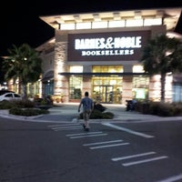 Photo taken at Barnes & Noble by E Rey G. on 11/4/2012