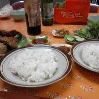 Photo taken at Rumah Makan Ayam Goreng Yukonah by doni k. on 12/11/2013
