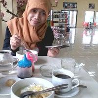 Photo taken at Trading House Kopi Sindoro Sumbing by Arif A. on 1/14/2014