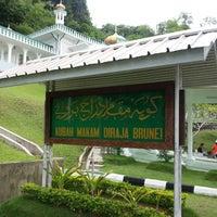 Photo taken at Kubah Makam Diraja Brunei by Ashley C. on 8/2/2013