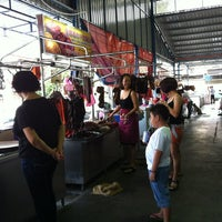 Photo taken at Cecil St. Wet Market & Hawker Stalls (七条路巴刹) by Y.H T. on 11/11/2012