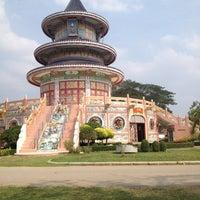 Photo taken at วัดถาวรวราราม (วัดญวน) Wat Thavornwararam by 🎀PinkKy B. on 2/1/2013