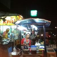 Photo taken at นำ้ปั่นพี่อ้อย (หน้าโลตัส) by James M. on 11/12/2012