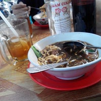 Photo taken at Bakso Ramayana by Zulhidayat A. on 1/18/2015