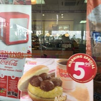 Photo taken at Dunkin' Donuts by Bella Poh on 9/18/2016