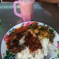 Photo taken at Mama Nasi Campur by Elle R. on 7/11/2016