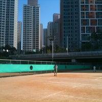 Photo taken at 반포종합운동장 테니스코트 by Yong E. on 10/1/2012