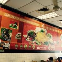 Photo taken at Restoran Loke Yun 樂園茶餐室 by Simon T. on 8/7/2016
