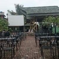 Photo taken at Waroeng DIGGERS by Daniixy A. on 10/24/2014