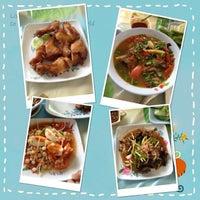 Photo taken at ส้มตำ ร้านส้มตำเจ๊ไหม by pan L. on 7/9/2013