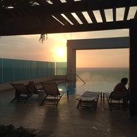 Photo taken at Bar y piscina borde infinito - Hotel Las Américas by Gisel C. on 8/4/2014
