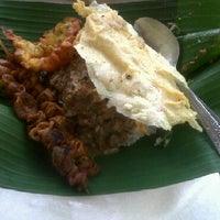 Photo taken at Nasi pecel bu Tari HCOS nginden by Stephanus on 5/8/2011