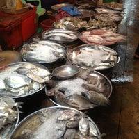 Photo taken at ตลาดสดเมืองทุ่งสง by numfon k. on 4/22/2013