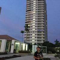 Photo taken at V8 Seaview Jomtien by พอดีพอดี ด. on 5/2/2015