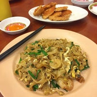 Photo taken at Singapore Kwetiaw Kerang & Seafood by Cecillia Y. on 2/13/2016