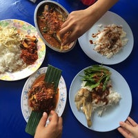 Photo taken at Restoran Causeway Nasi Padang Ina by yanie a. on 1/10/2015