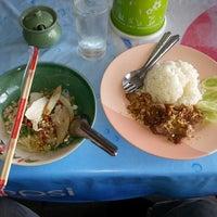 Photo taken at ครัวปู่ย่าตายาย ริมเจ้าพระยา by atthasit on 6/6/2014
