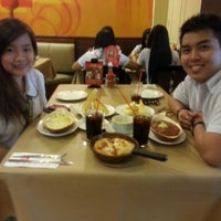 Photo taken at Pizza Hut by Ada 💋 on 11/16/2012