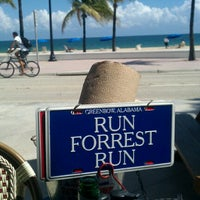 Photo taken at Bubba Gump Shrimp Co. by Leslie 🔆 H. on 10/16/2012