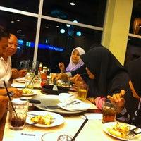 Photo taken at Pizza Hut by Mohd Khairulnizam H. on 12/23/2012