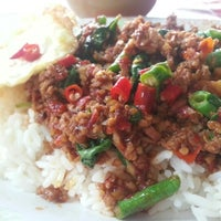 Photo taken at ร้านพี่อ้วน อาหารตามสั่ง by ZuZa Thani C. on 11/8/2012
