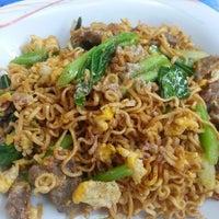 Photo taken at ร้านพี่อ้วน อาหารตามสั่ง by ZuZa Thani C. on 12/18/2012