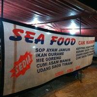 Photo taken at Seafood Cak Karim by Ihwanul I. on 11/5/2012