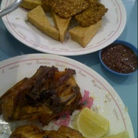 Photo taken at Ayam Goreng Kalasan Ny. Wilujeng by andi a. on 4/16/2013