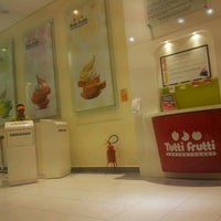 Photo taken at Tutti Frutti Frozen Yogurt by Rogério N. on 11/18/2012