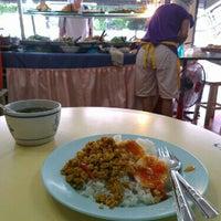 Photo taken at ต้นอ้อยอาหารตามสั่ง by muri on 4/18/2013