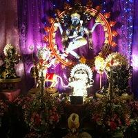 Photo taken at วัดพระศรีมหาอุมาเทวี (วัดแขก) Sri Mahamariamman Temple by SpiCe S. on 10/24/2012