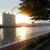 Photo taken at 나루공원(센텀시티) by 서만조 010-5543-2277 뉴. on 7/10/2014
