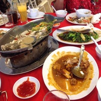 Photo taken at Downtown KLIA Seafood Restaurant (Chinese Seafoods Muslim Cuisine) by Ari W. on 10/11/2013
