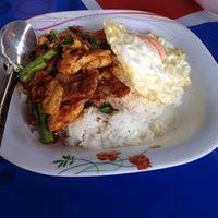 Photo taken at ร้านพี่อ้วน อาหารตามสั่ง by KaewZz M. on 2/11/2016