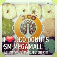 Photo taken at J.CO Donuts & Coffee by Cil M. on 5/4/2013