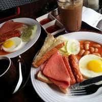 Photo taken at OldTown White Coffee by Yin P. on 7/24/2013