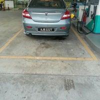 Photo taken at Petronas Jln Spg Pulai - Lojing by Ahmad H. on 5/19/2015