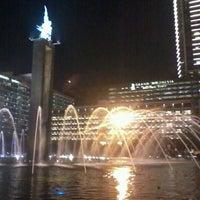 Photo taken at Bundaran Hotel Indonesia (Monumen Selamat Datang) by Ricky Alexius M. on 5/11/2013